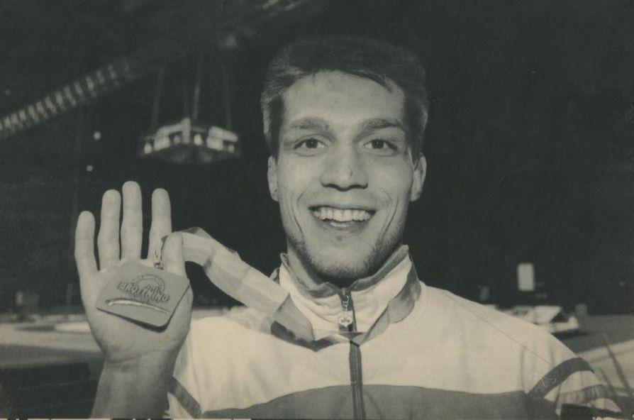 Vuosi 1993 oli Mikael Lindgrenille yhtä juhlaa. Tässä Lindgren esittelee 57-kiloisten MM-pronssia Globen-hallin kirkkaissa valoissa.