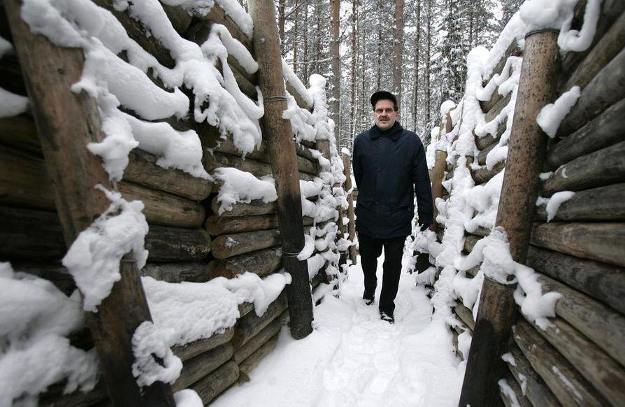 Matkailusihteeri Alpo Rissanen kävelee Raatteentien taistelupaikoille entisöidyissä puolustusasemissa. Syksyllä 1939 ehdittiin rakentaa Purasjoen varteen vähäiset puolustusasemat.