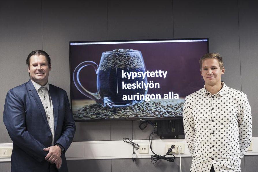 Sangen Oy:n hallituksen puheenjohtaja Mikko Ahokas (vas.) ja Tornion Panimon olutmestari Petri Tervasmäki esittelivät keskiviikkona sijoittajatilaisuudessa Ouluun suunniteltua mallastohanketta.