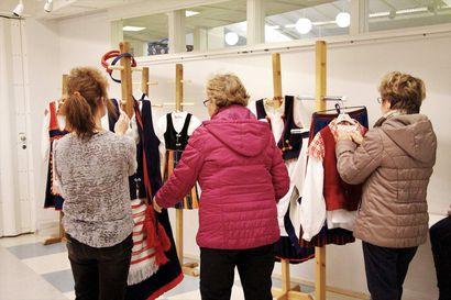 Käden taidot kiinnostivat Pyhäjoen kirjaston galleriassa
