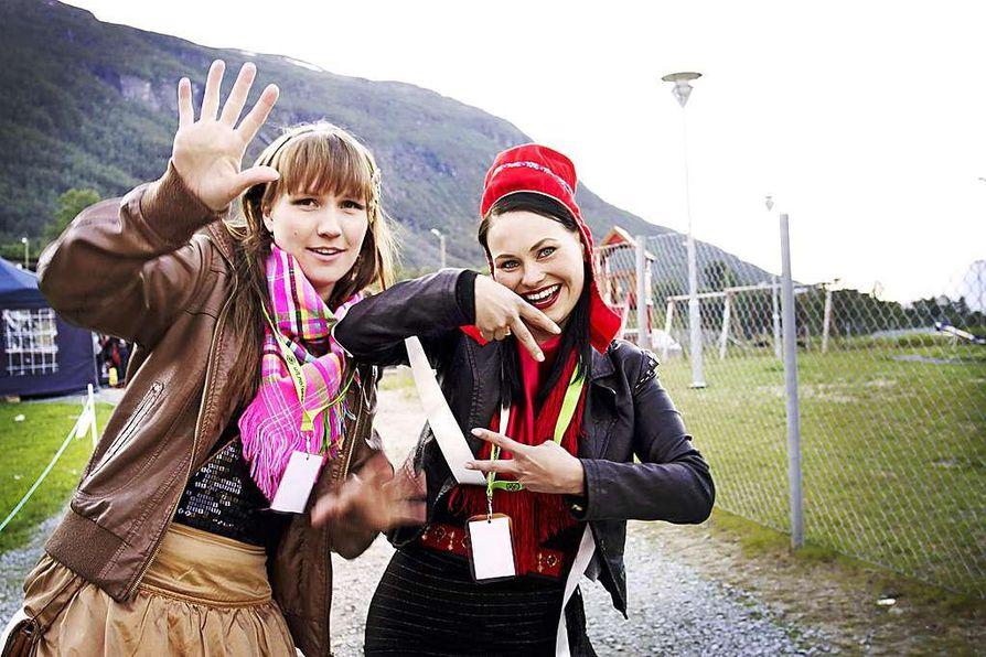 Suvi West (oik.) ja Anne Kirste Aikio haluavat uudistaa omaan räväkkään - ja flirttiin - tapaansa suomalaisten kuvaa saamelaisista ja saamelaisesta kulttuurista ohjelmassaan Märät Säpikkäät.  Säpikkäät tarkoittavat poronnahkasäärystimiä.