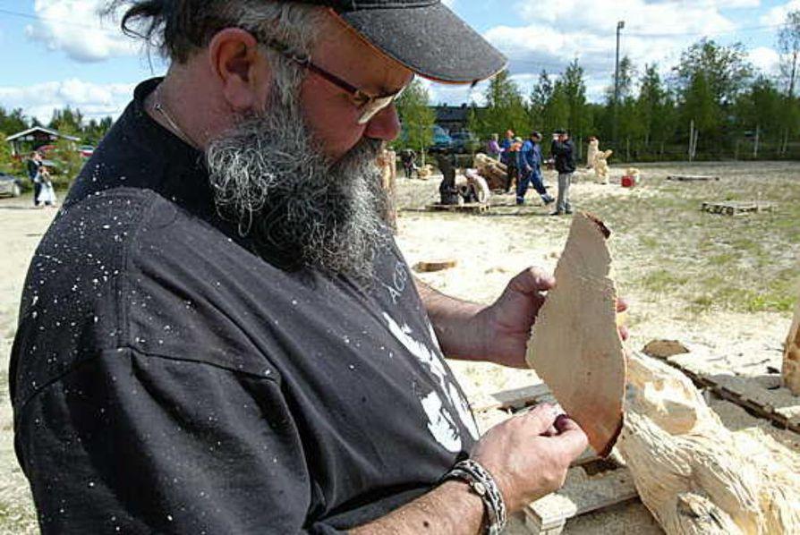 Taiteilija Kari Tykkyläinen ohjaa tänä vuonna Karhunveistoviikolla toteeminveistokurssia.
