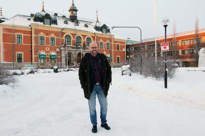 """""""Välttäkää turhia matkoja yli rajan"""" - Haaparannan Tornberg vetoaa rajankaupunkien asukkaisiin, ettei Suomi sulje rajaa kokonaan"""