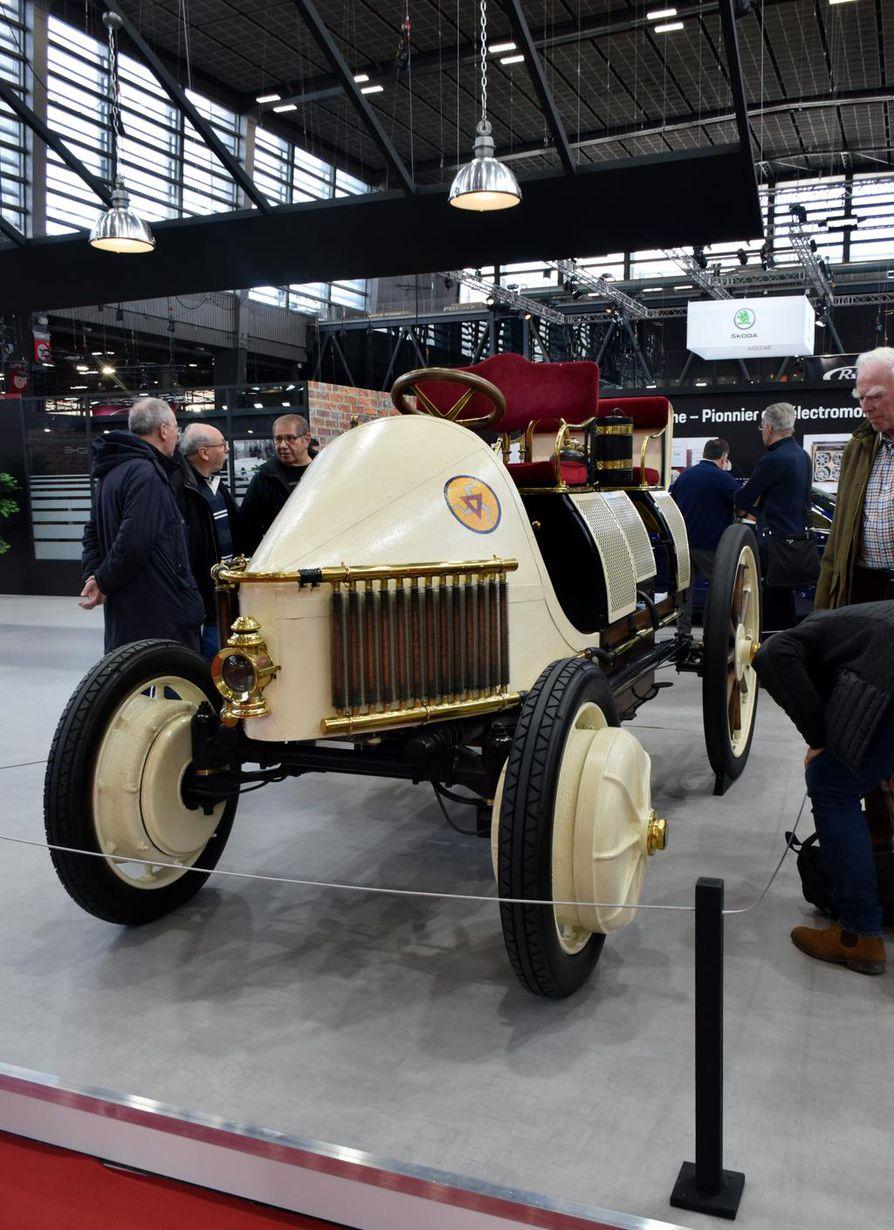 Itävalta–Unkarin kansalainen Ferdinand Porsche patentoi vuonna 1899 auton pyörään sijoitetun sähkömoottorin. Sen ansiosta syntyi maailman ensimmäinen sähkö-bensiinihybridi Lohner-Porsche vuonna 1900.