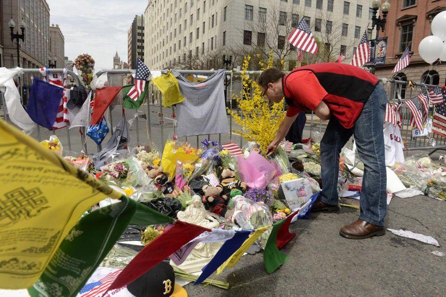 Bostonin maratonin maalialueen lähettyville on tuotu paljon kukkia ja muistoesineitä.