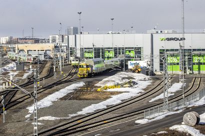 """Deutsche Bahnin makuuvaunut saavat uuden ilmeen VR:n varikolla Oulussa, valmiit luomukset lähtevät tilaajalle Norjaan joulukuussa – """"Vaunut voivat herättää kiinnostusta"""""""