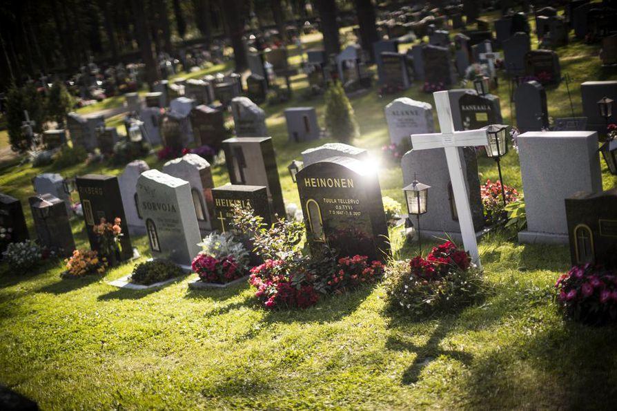 Oulun hautausmaan Intiön kappelin takana on vierekkäin paljon uusia muistomerkkejä.