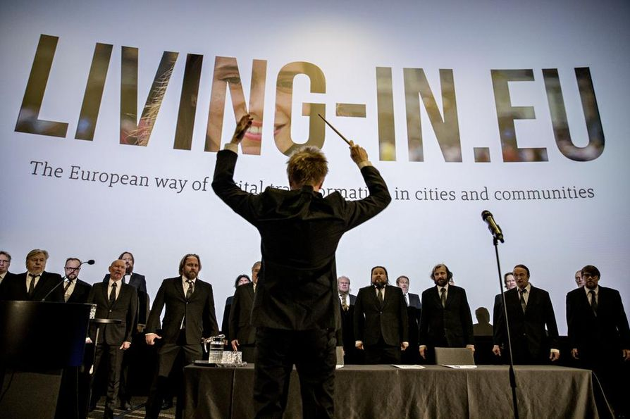 Mieskuoro Huutajat esiintyi konferenssivieraille tiistaina. Esitys perustui Oulussa allekirjoitetun julkilausuman tekstiin.