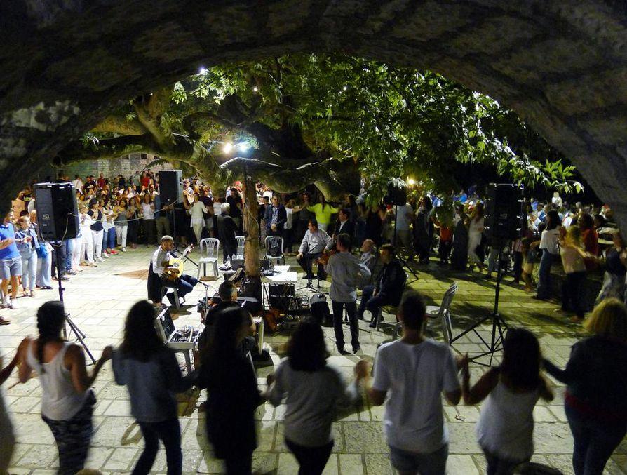 Yksi ja sama yhtye soitti Vitsan kylässä kolmena iltana ja yönä yhteensä noin 25 tunnin keikan. Siinä jäivät rockyhtyeiden maratonkonsertit toiseksi.