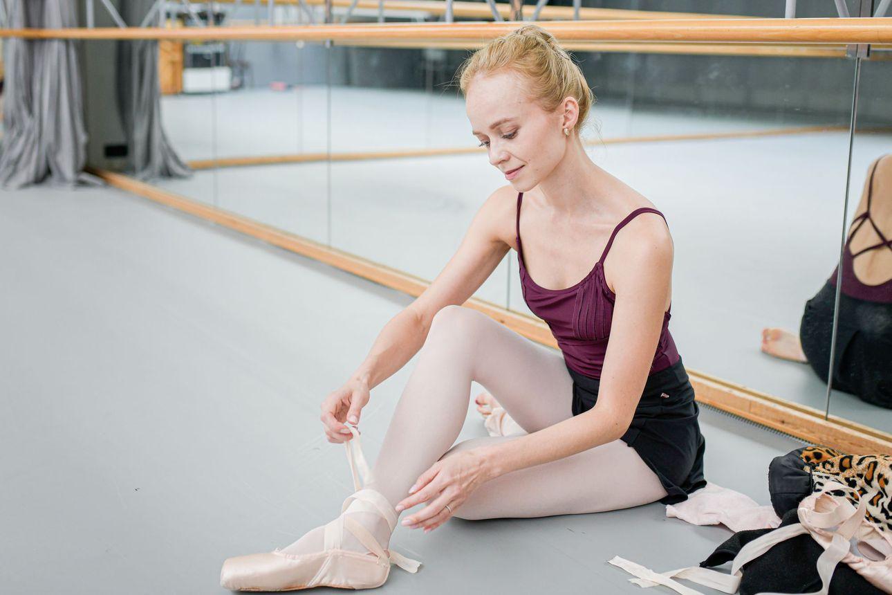 New Yorkissa tanssiva Elina Miettinen on 32-vuotiaana jo konkari – Ballerina tasapainottelee hyvin kurinalaisen elämän ja kutsujen glamourin ristipaineessa
