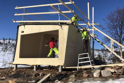 Rautulammen tupien rakentaminen etenee aikataulussa Urho Kekkosen kansallispuistossa