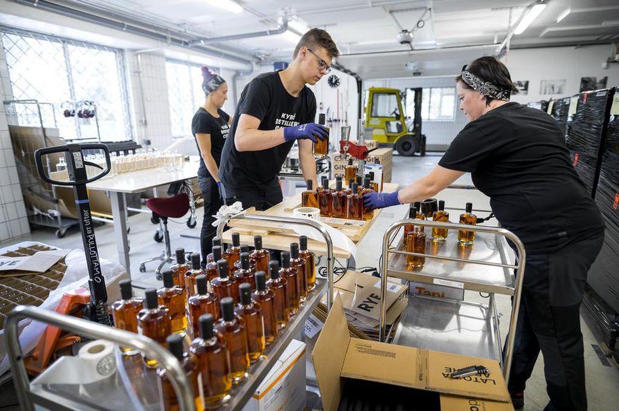 Isokyröläinen viskitislaamo Kyrö Distillery on saanut EU:n maaseutuohjelmasta tukea liiketoimintaedellytysten selvittämiseen ja yrityksen investointitukea tislauslaitteiston hankintaan. Pullottamassa ovat Tea Kujala, Rami Rinta-Korkeamäki ja Outi Heinimäki.