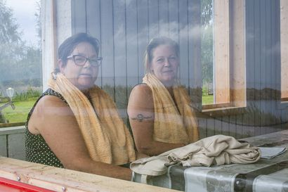 Lumijoen maa- ja kotitalousnaiset aloittivat kokouksensa saunan lauteilla – Varjakan saunapäivää vietettiin monen saunamuiston siivittämänä