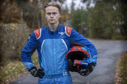 Jäälin pojan makea rallivuosi – ensimmäinen kausi aikuisten sarjassa toi historiallisen mitalin, jatkossa tukea antaa kaksinkertainen maailmanmestari Marcus Grönholm