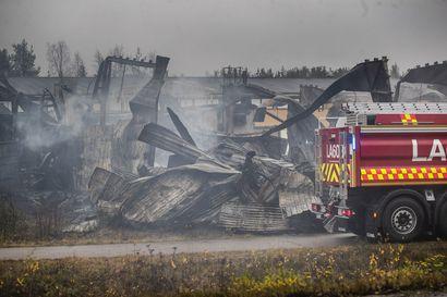 Vahva epäilys: Kolarin K-Raudan palo sai ehkä alkunsa ulkona latautuneesta sähkölaitteesta – tuhopolton mahdollisuus suljettu pois