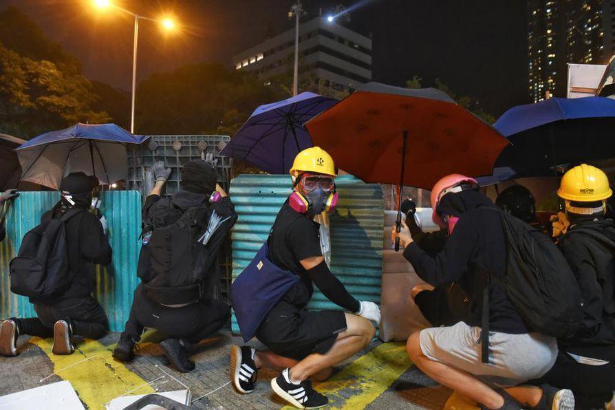 Mielenosoittajat suojautuivat maanantaina kyynelkaasulta sateenvarjoilla, joista on tullut Hongkongin protestien tunnus.