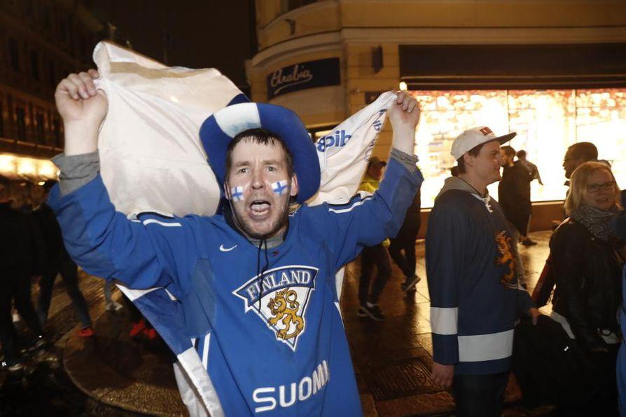 Koko Suomi juhlii tänään.