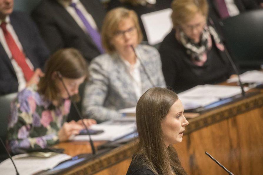 Pääministeri Sanna Marin (sd.) myönsi torstaina eduskunna kyselytunnilla, ettei ulkomailta Suomeen palaaville annettu riittävän selkeitä ohjeita.