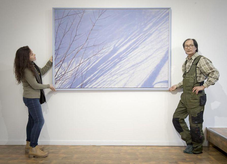 Tatsuo Hoshika ja Anna-Maija Kajaste valmistelevat näyttelyä Oulussa Galleria Kajasteen tiloihin.