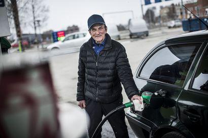 Korona näkyy bensapumpullakin, mutta autoilijan kannalta positiivisesti: tankin saa nyt täyteen halvemmalla kuin alkuvuonna
