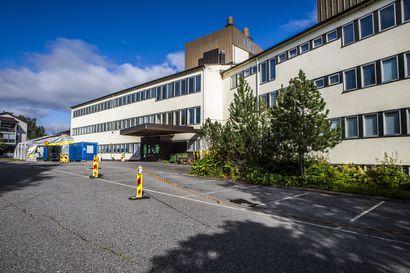 Marjanpoimijoille sopivat karanteenitilat löytyivät Rovaniemeltä nopeasti, mutta marjayrittäjät päättivät siirtää poimijat muualle – Nyt tilanne on hallinnassa, sanoo hallintoylilääkäri