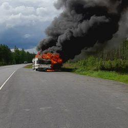 Asuntovaunupalo tuprutti paksut mustat savut Utajärvellä
