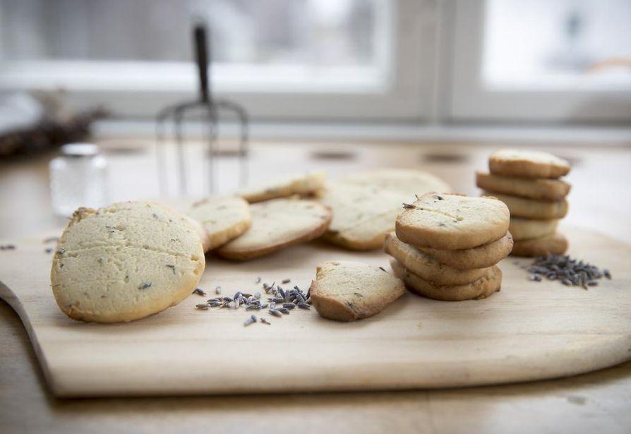 Vienoissa laventelikekseissä maistuu lisäksi sitruuna. Lähes vaatimattoman näköisissä kekseissä on hempeää makua, joka sopii niin lakkiaisiin kuin rippijuhliin.