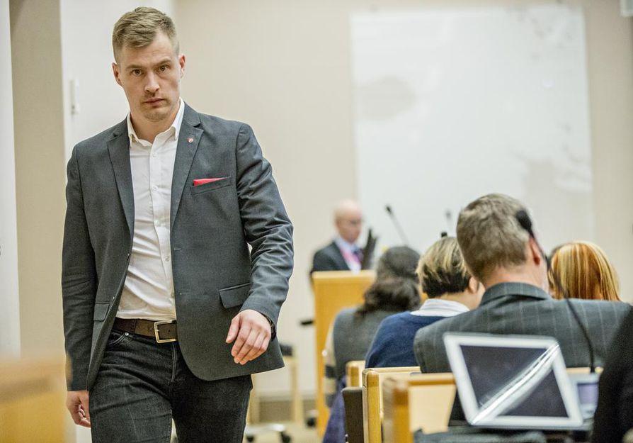 Keskustan valtuutettu Lauri Nikula ja 26  muuta valtuutettua ovat vaatineet muutettavaksi kaupungin hallintosääntöä niin, että päätöksen palveluverkosta tekee kaupunginvaltuusto.