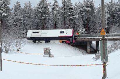Linja-auto suistui ulos tieltä Oulussa, alla hiihtolatu – katso videot ajoneuvon nostamisesta