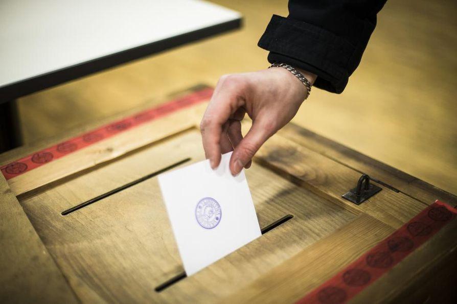 Äänestäjän on selvitettävä henkilöllisyytensä, ennen kuin hän pääsee äänestämään.