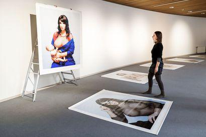 Silikonia povella ja kasvoissa –Aurora Reinhardin valokuvien lähtökohtana on moderni pin up- ja pornokuvasto