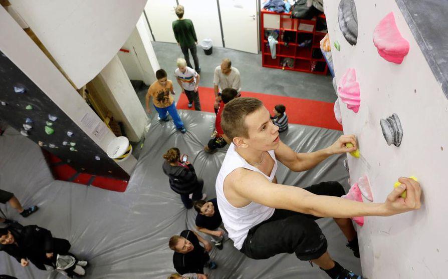 Oululainen Juhani Väänänen kokeili Oulun kiipeilykeskuksessa boulderointia eli kiipeilyä ilman valjaita.