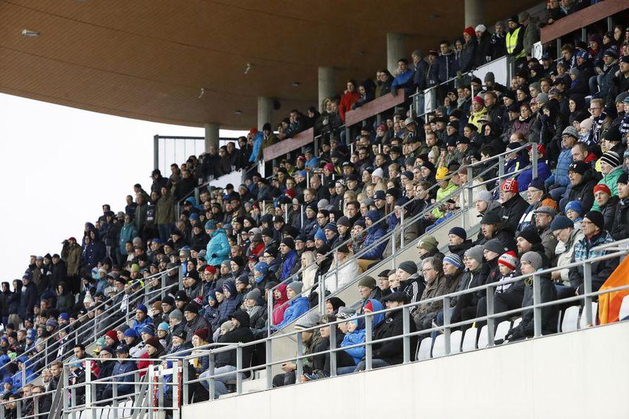 AC Oulun ja TPS:n välinen Ykkösen ottelu houkutteli Raatin lehtereille 2 821 katsojaa lokakuussa 2016.