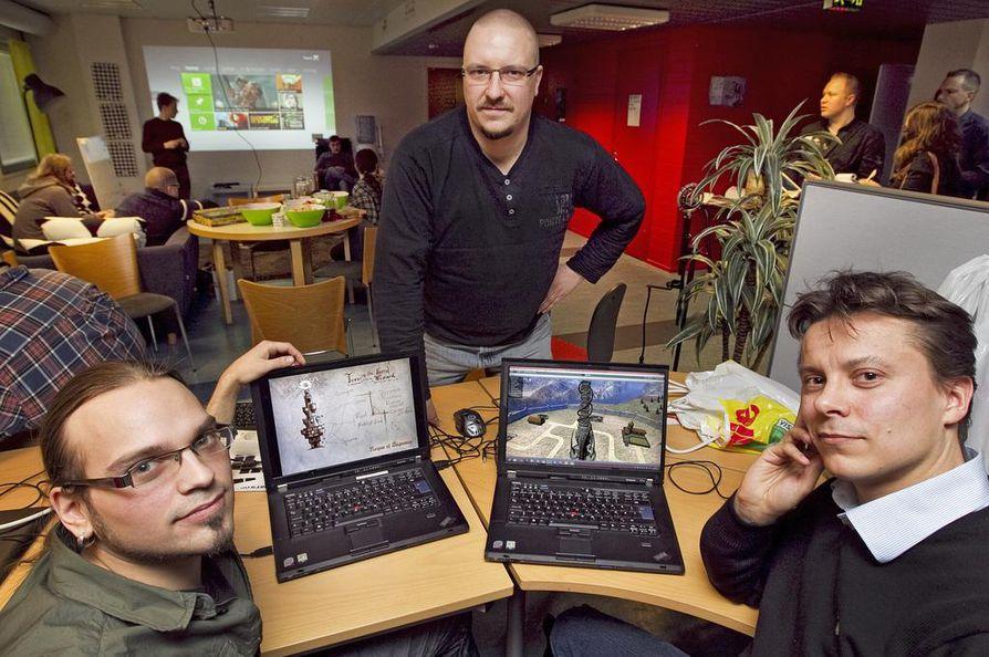 Petri Naumanen, Pekka Karjalainen ja Veijo Härkönen kehittelevät Helmeni Gamesin ensimmäistä peliä. Vasemman puoleisessa näytössä on hahmotelma tornista, joka on päätynyt oikean puoleisessa näytössä kivitorniksi keskiaikaa henkivän pelin prototyyppiin.