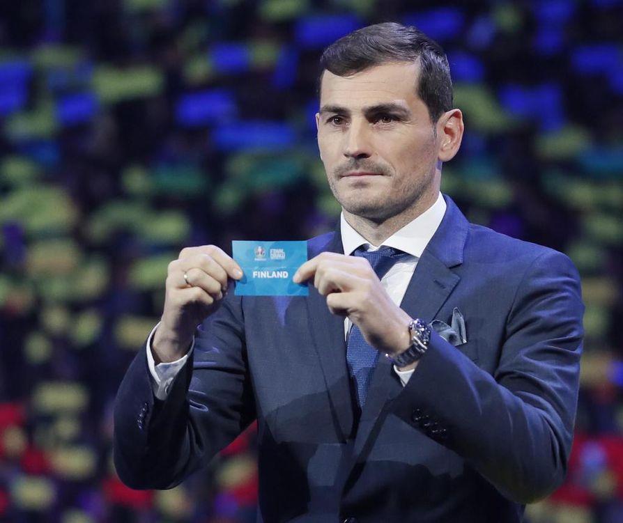 Iker Casillas esitteli Suomen arvontalippua Bukarestissa. Suomi pelaa jalkapallon EM-kisoissa B-lohkossa.