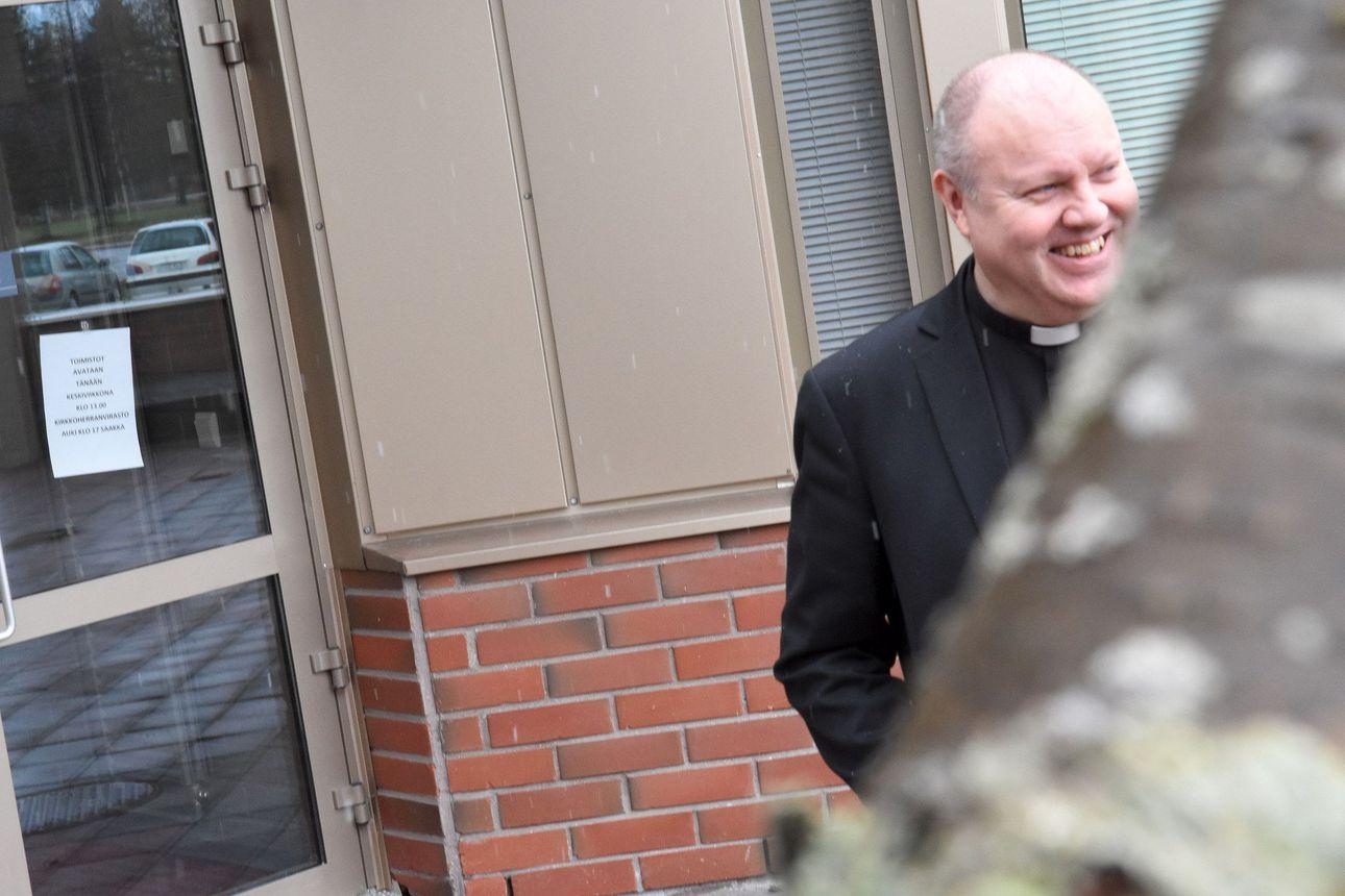 """Jari Lappalainen jättää Kuusamon seurakunnan: """"Puhun edelleen meistä"""" – uuden papin haku on käynnissä"""