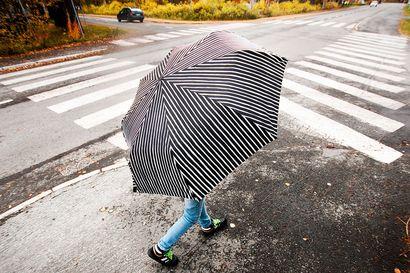 Jos aiot ulkoilla viikonloppuna ota mukaan sateenvarjo tai sadetakki ja jalkaan kumisaappaat: Luvassa on kuurosateita ja ukkosta