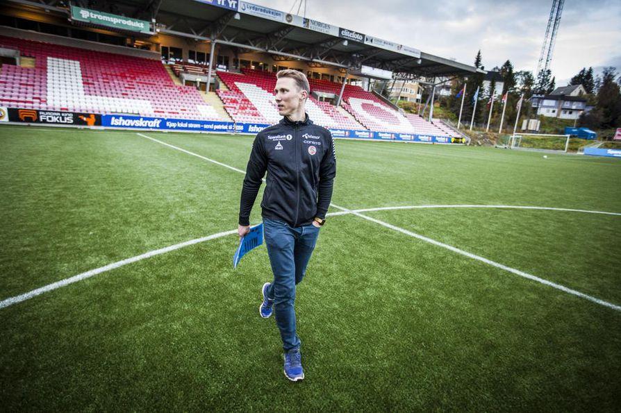 Oululaistaustainen Otto Fredrikson on Tromssan myyntijohtaja. Hänellä riittää kiirettä pelipäivinä.