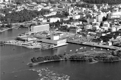 Kirjasto nousi mereen Oulussa – ja se on toistaiseksi viimeinen toteutunut rakennus monumentaalikeskuksen suunnitelmista