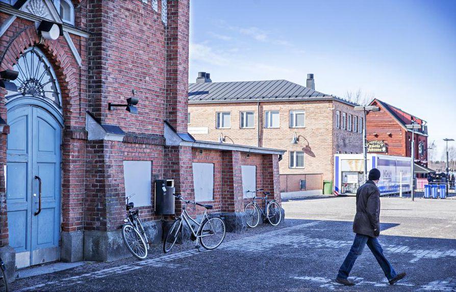 Oulun kauppahalli menee syksyllä kahdeksan kuukautta kestävään remonttiin. Kauppiaat joutuvat tuuliajolle, ellei toisin päätetä.