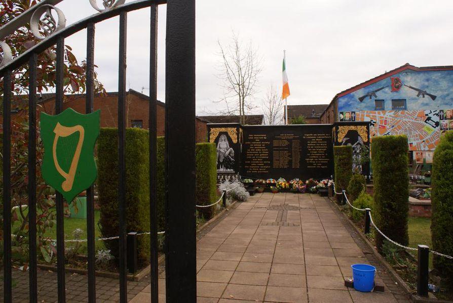 Falls Roadin tasavaltalaisten muistojen puutarhassa muistetaan kuolleita vapaaehtoisia, joiksi tasavaltalaisten puolisotilaallisten joukkojen jäseniä kutsutaan.