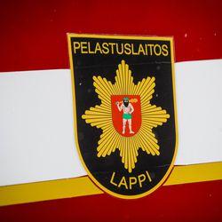 Auto päätyi ojaan katolleen, sairaalakyyti kahdelle – Rovaniemen lauantaiaamuisessa onnettomuudessa epäillään rattijuopumusta