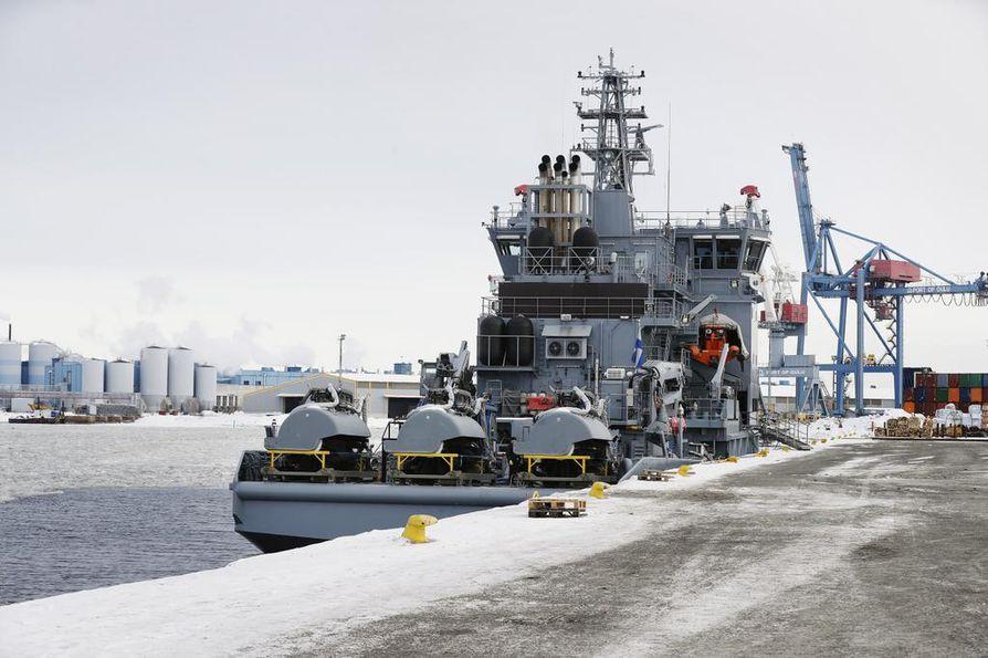 Öljyntorjunta-alus Louhin miehistö käytti harjoituksessa Suomen ympäristökeskuksen suunnittelemaa öljynkeräyslaitteistoa.