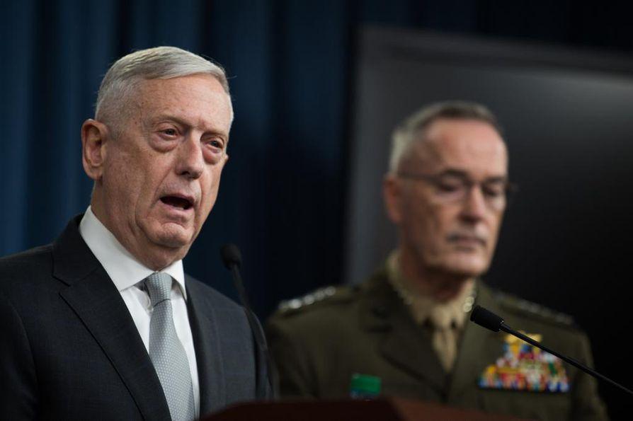 Yhdysvaltain puolustusministeri James N. Mattisin (vas.) mukaan iskujen tarkoituksena oli lähettää vahva viesti Syyrian hallinnolle.