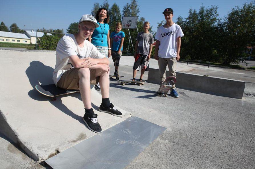 Petro Yli-Kovero, Paula Piipponen, Teemu Kivioja, Peter Säärelä ja Daniel Rizvani Rantsilan skeittiparkissa.