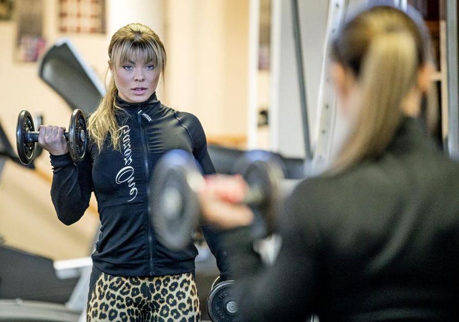 Janica Timonen harjoittelee salilla pääsääntöisesti neljä viisi kertaa viikossa. Työtkin ovat osittain siellä, sillä Timonen on ottanut vetovastuun isänsä aikoinaan perustamasta PT-Gymistä. Sen ohella hän työskentelee kauneusalalla.