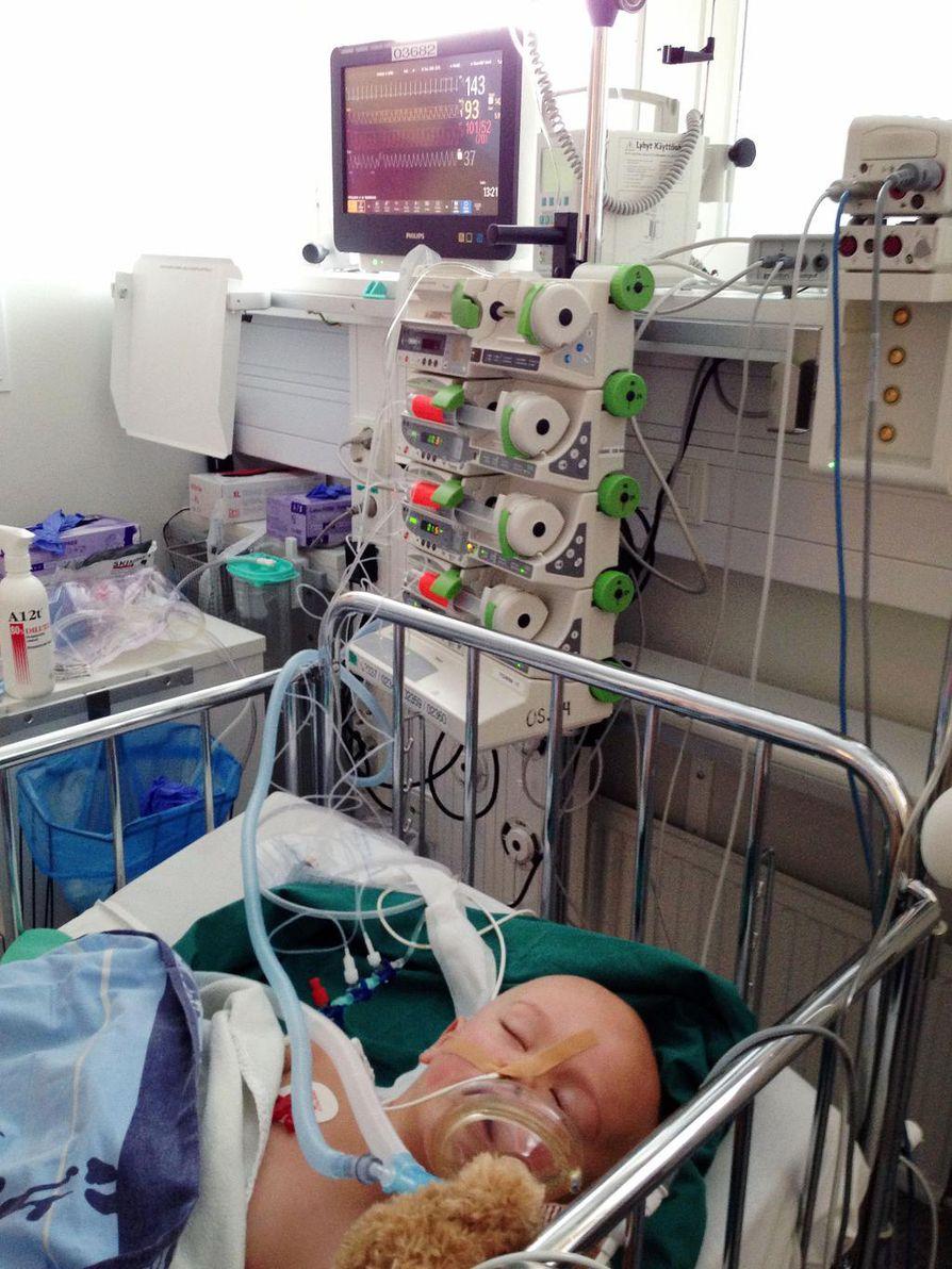 Eino oli täyttänyt juuri kolme vuotta, kun hänen munuaisestaan löydettiin iso kasvain. Se leikattiin kuukauden kuluttua. Kuvassa Eino on tehohoidossa leikkauksen jälkeen.