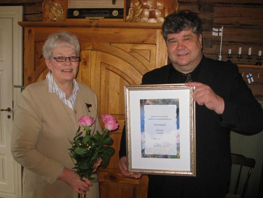 Solja Holappa sai palkinnon sivuston teosta ja ylläpidosta. Palkinnon luovutti Heikki Haverinen.