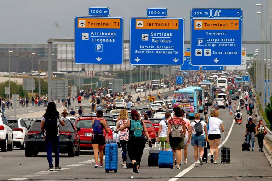 Barcelonan lentokentälle saapui useita matkustajia mielenosoituksen aikana. Mielenosoituksen koolle kutsunut ryhmä pyrki sulkemaan lentoaseman mielenosoituksena katalaanijohtajien saamia tuomioita vastaan.
