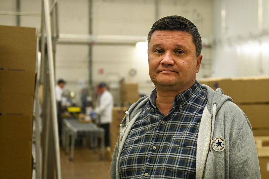 Sotkamossa marjayritystä pyörittävä Janne Naapanki on joutunut miettimään uusia vaihtoehtoja, jotta marjaa saadaan jatkossa riittävästi.